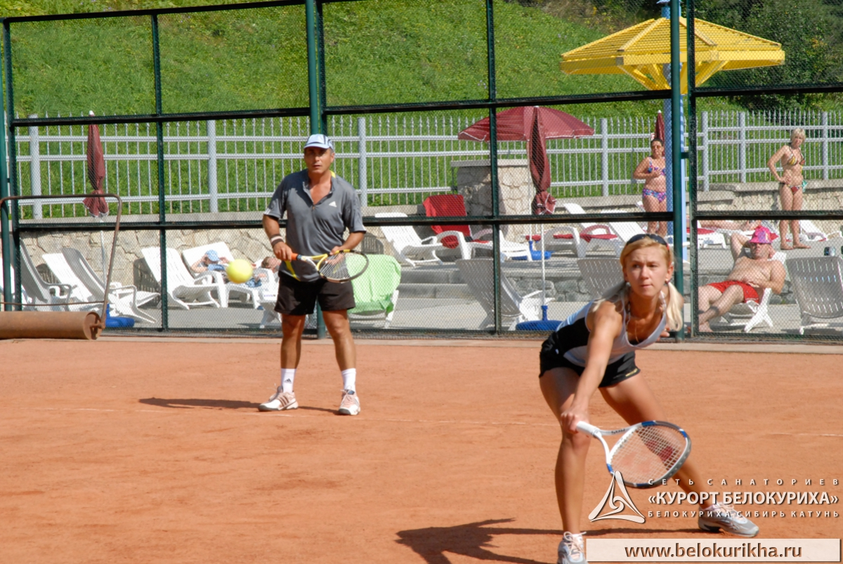 Негры и блондинка на теннисном корте