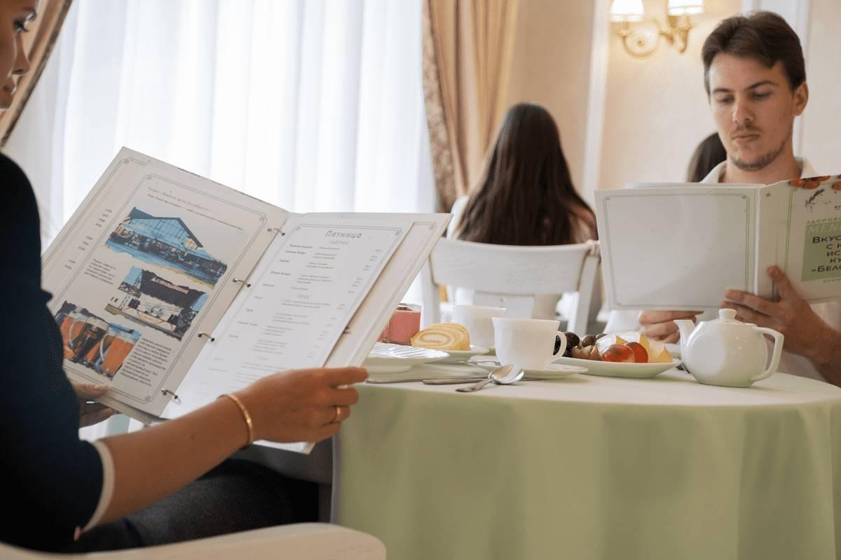 Люди изучают меню